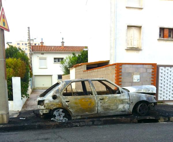 Vehicule incendie dans la rue a Perpignan